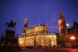 ドレスデンのカトリック宮廷教会とドレスデン城の塔の夜景