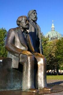 マルクス、エンゲルス像とベルリン大聖堂のクーポラ