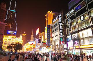 南京東路(世紀広場付近)の夜景