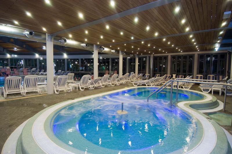 Esplogirando hotel piscina termale petrarca for Piscina rialzata