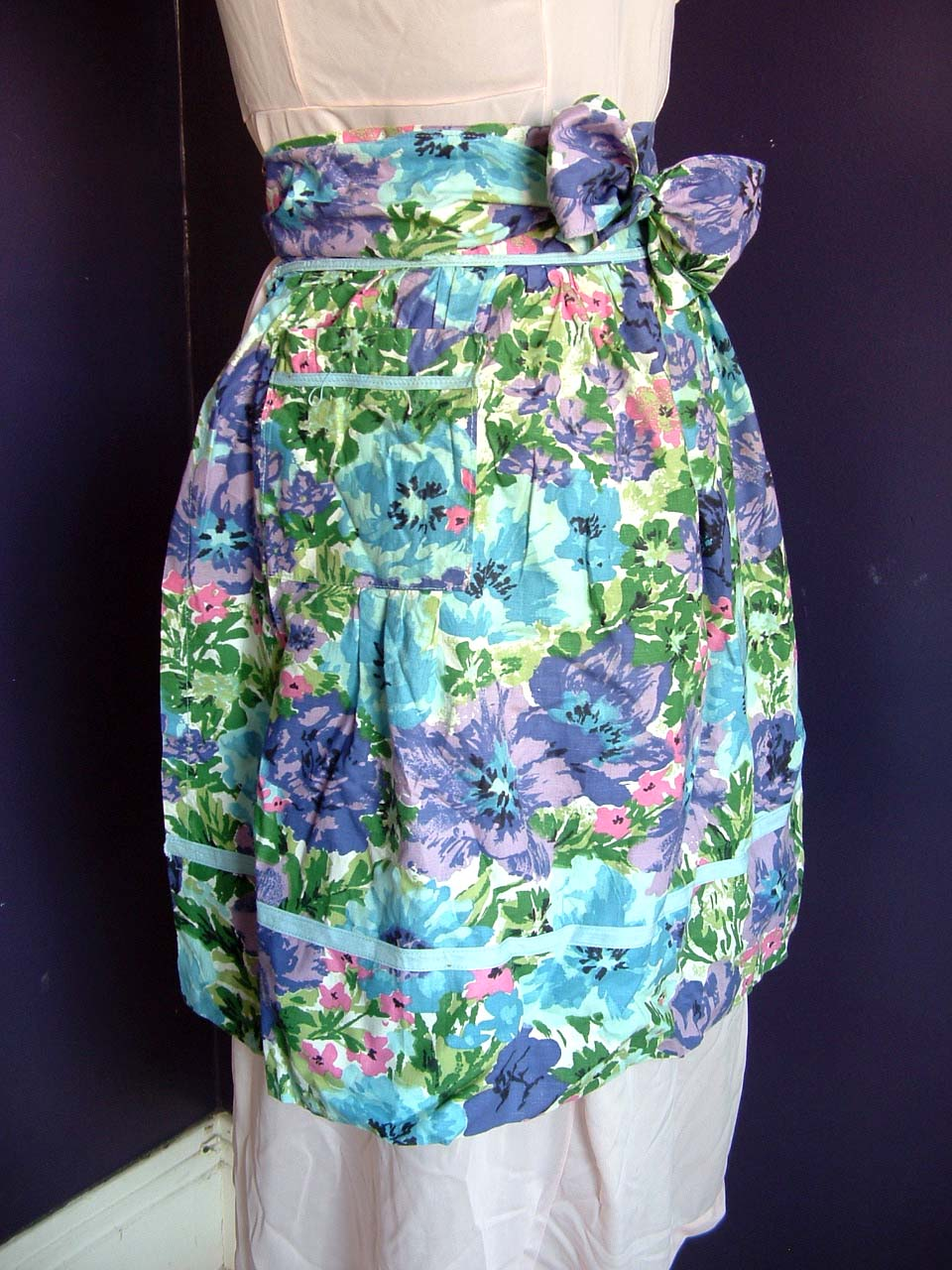 vintage floral cotton print apron cute apron from the 50s or 60s with