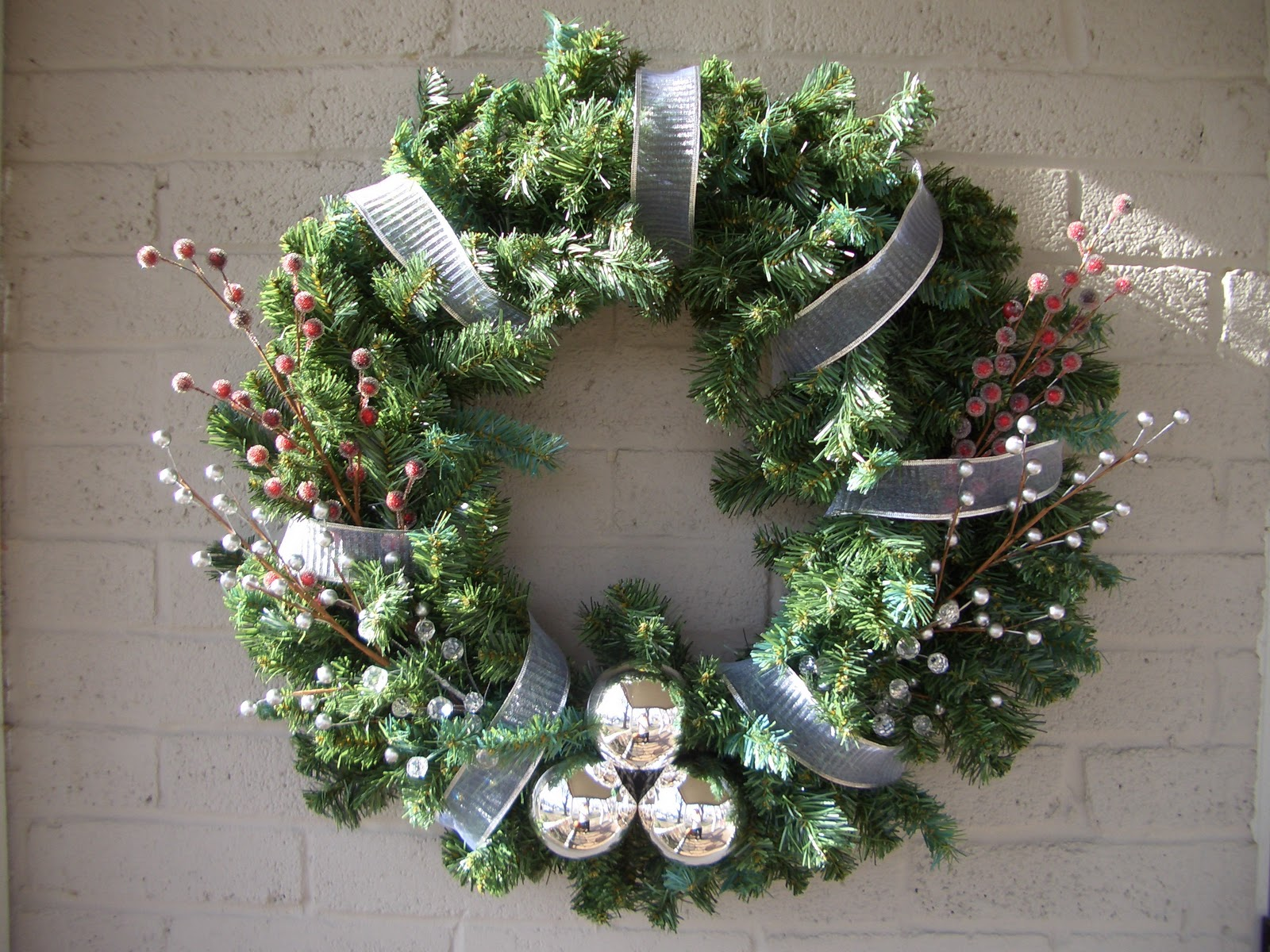 Cool home creations christmas decor 2010 greenery wreath - Decorations exterieures de noel ...