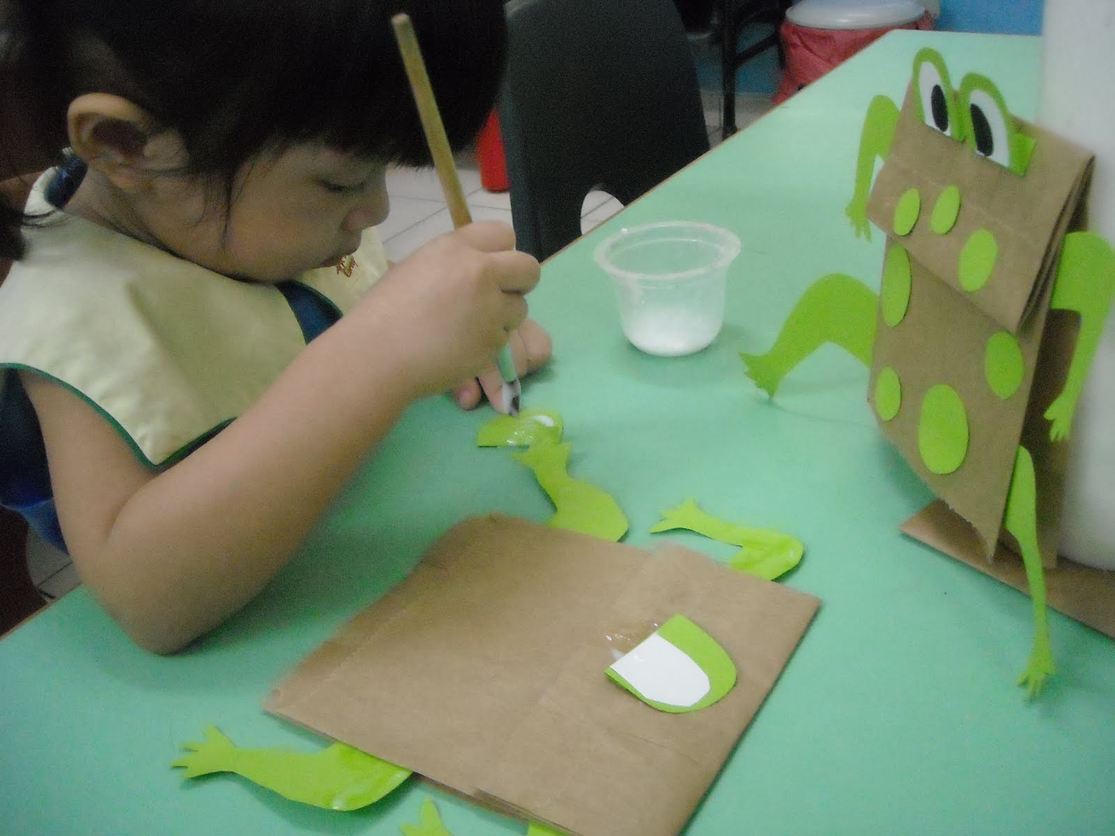 Paper bag activity - This Activity Helps In Promoting The Childrens Eye Hand Coordination As Well As Logical Mathematical Thinking E G Two Eyes Two Hands And Two Legs Etc