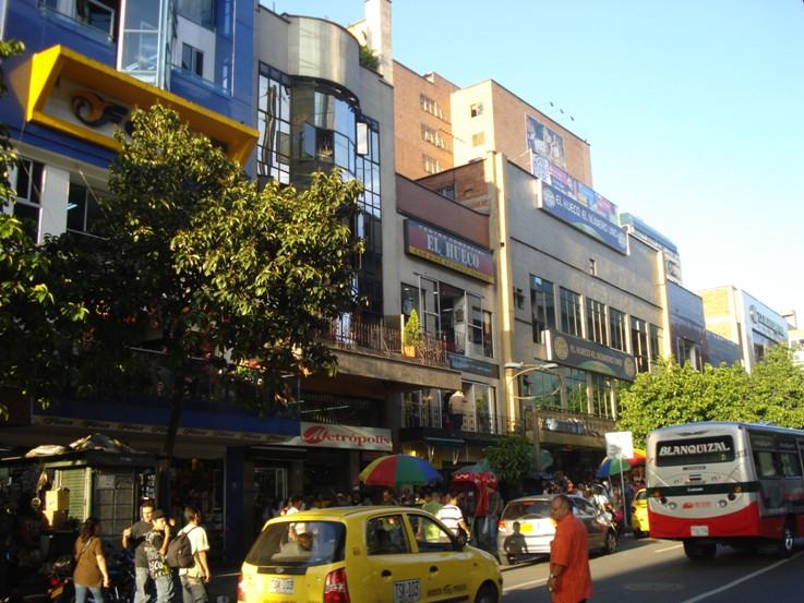 El hueco medell n gu a turistica for Centro comercial aki piscinas precio