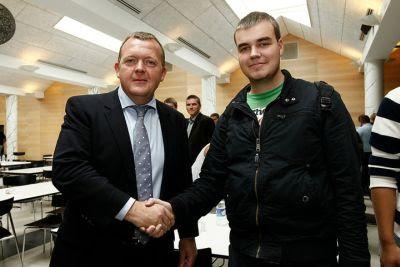Lars Løkke giver gerne hånden til den ene nye vælger i perioden