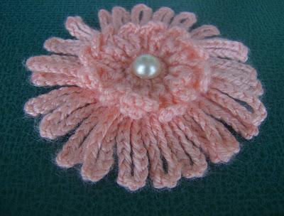 Brosa crosetata de culoare roz .