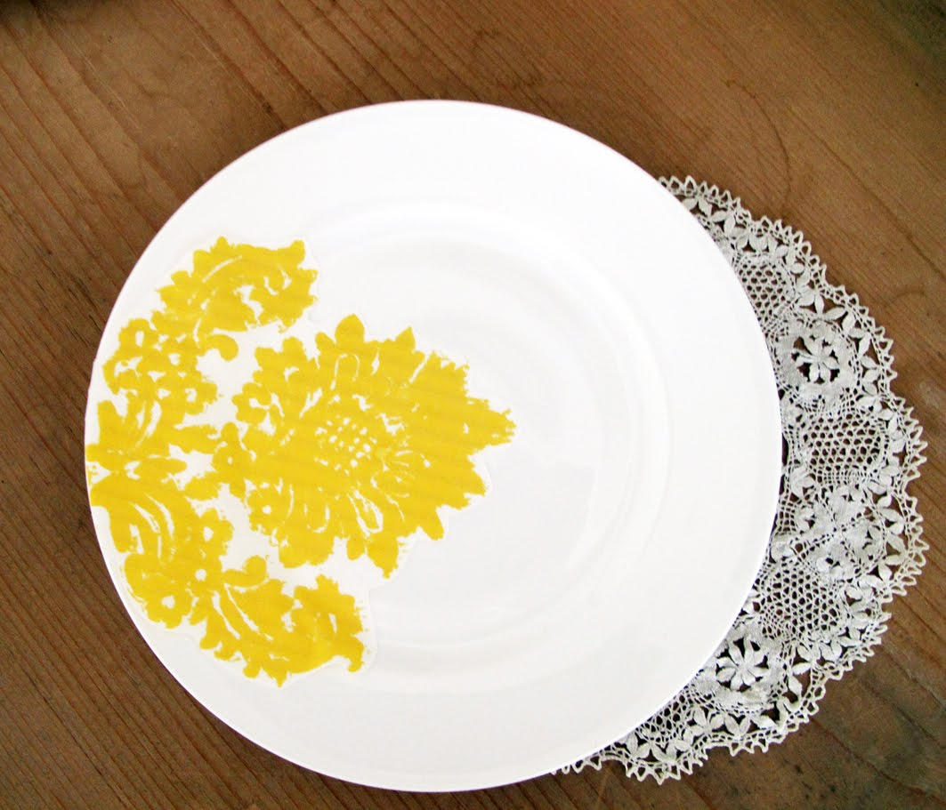 http://3.bp.blogspot.com/_sP_8bgS5RE0/THqzIny0TYI/AAAAAAAADsk/ArKiv470odY/s1600/yellow+damask+salad+plate.jpg