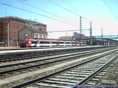 Unidad de tren 447 roja