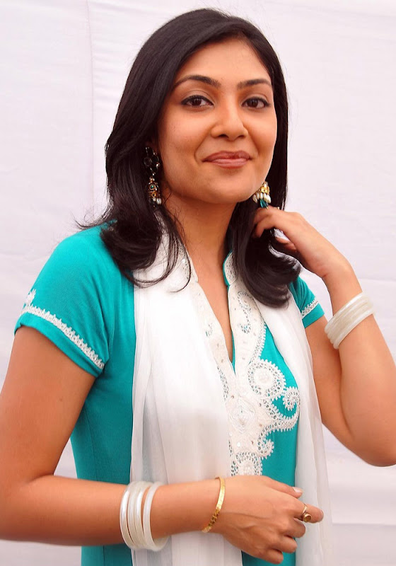 Kamalini Mukherjee in Churidar Cute Wallpapers wallpapers