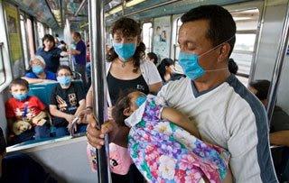 Mexicanos cubriéndose la boca con máscaras quirúrgicas para evitar contraer la gripe porcina
