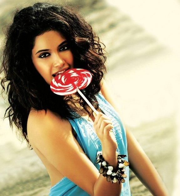 Sarah Jane Dias Hot Pictures, Sarah Jane Dias and Abhishek Bachchan in Game Hindi 2011