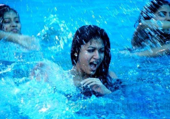 [nayanthara-swimsuit-stills-images-pics-02.jpg]