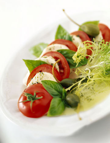 salada de mussarela, tomate e manjericão.