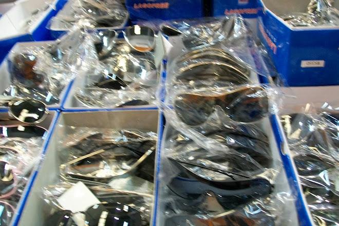 tiendas todo a 2 euros  gafas de sol 3000 modelos a 1 euro unidad