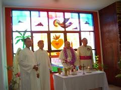 Pst. Hanny, Pst. Oce Palit (Chaplain), Mgr. Girelli & Mgr. Suwatan di depan altar Kapel De La Salle