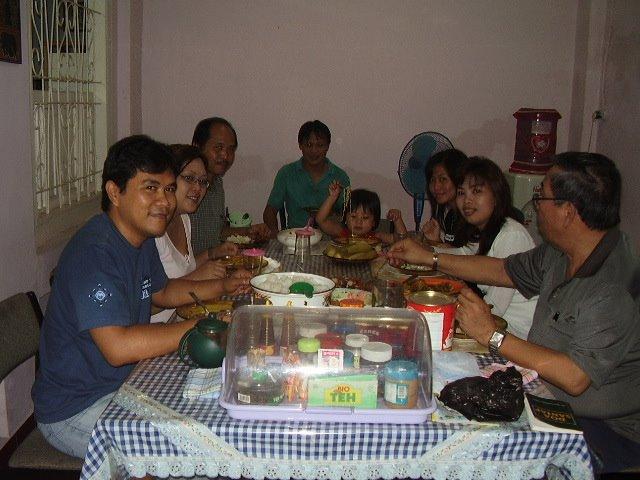 Suasana makan bersama