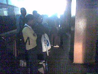 Para penumpang menunggu dengan penuh sabar
