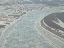 رودخانه کاسکوکویم در حال یخ زدن در ماه اکتبر