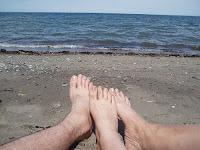 Sur cette photo : Partie du corps de mon frère, de moi et de ma mère. À la plage de Beresford au NB