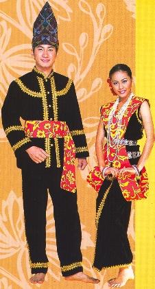 Pakaian istiadat masyarakat Kadazan dari Penampang. Lelakinya memakai