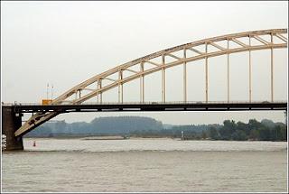 Puente sobre el río Waal. From Google