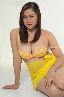 Sexy Models Rizki (Kiki) Pritasari From Indonesia in a sexy bikini in the pictures pic gallery