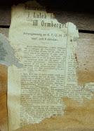 På väggen i bagarstugan är det klistrat tidningar på väggen