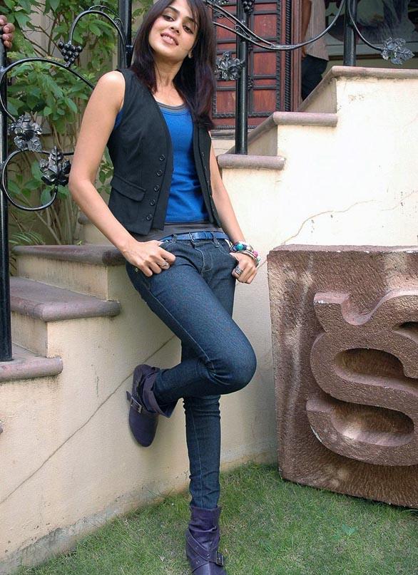 Cute Bollywood Babe Genelia Hot Facelooks Bangwalls