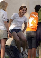 Confira fotos da atriz Emma Watson nos arredores de sua universidade com os pais