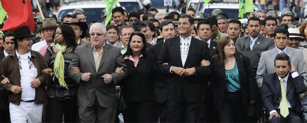 [Rafael_Correa_quinto_izquierda_camina_corte_electoral_formalizar_candidatura.jpg]