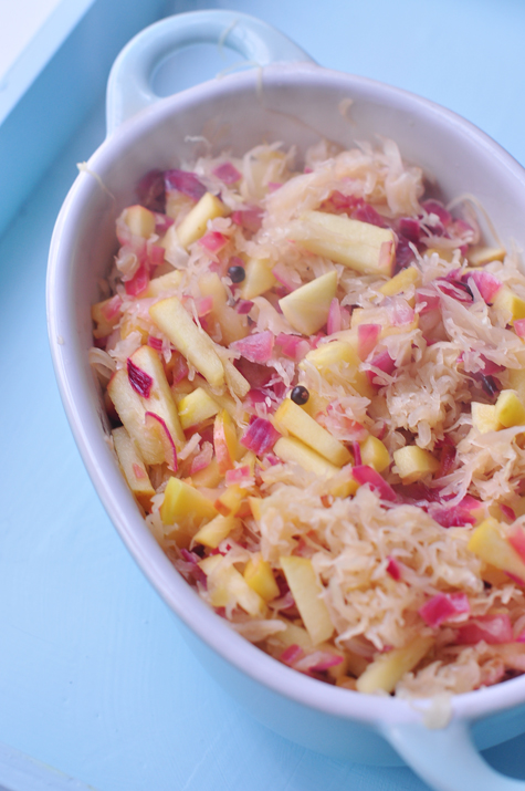 Living life vegan hearty sauerkraut with apple and juniper berries - Appel krat ...