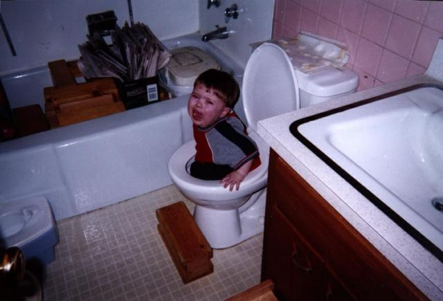 wallpaper funny-picture-photo-child-toilet-massdistraction-pic