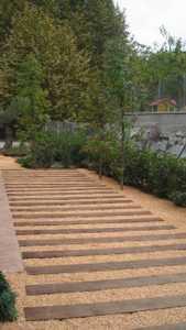 en este caso se quera utilizar un pavimento blando que fuera a base de gravas siguiendo el estilo del resto del jardn
