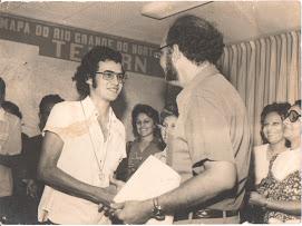 O PRESIDENTE DA TELERN LUCIANO B DE MELLO ENTREGANDO O TROFÉU DE CAMPEÃO DAS INDÚSTRIAS  EM 1974