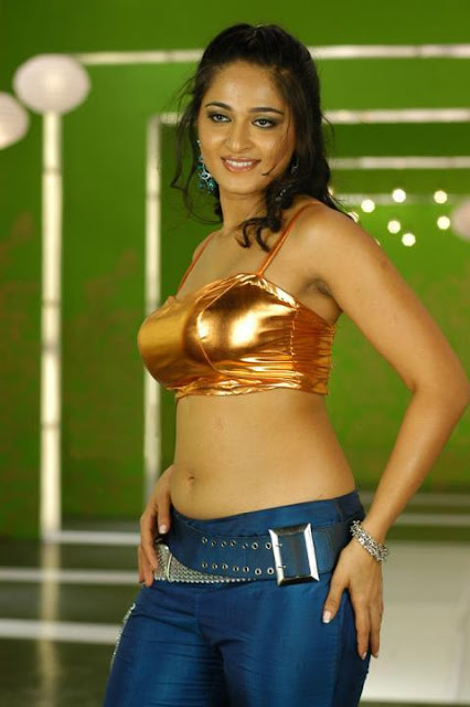 Actress Anushka Hot NAvel Show Photos