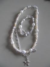 Halsband och armband i vitt