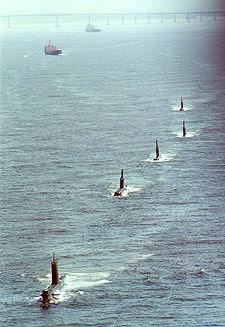 Imagem mostrando quatro submarinos da Classe Tupi e um da Classe Tikuna.