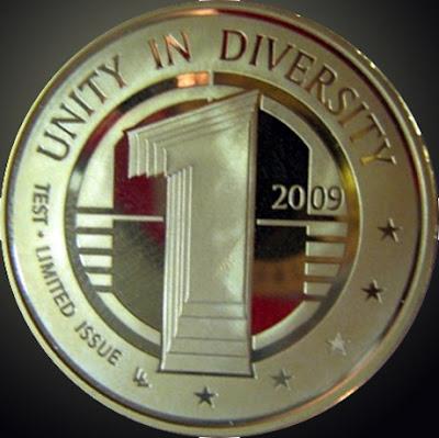 10 julio 2009. Medvedev muestra una moneda de ejemplo como Nueva Moneda Mundial en el G-8. Bloomberg