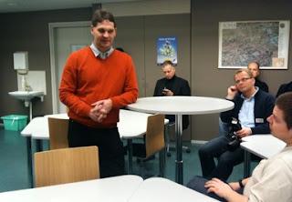 Kuvassa Pasi Mattila esittelee Oulun Pohjankartanon pedagogisia sisustusratkaisuja.