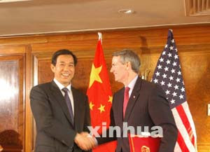 Chinese Minister of Commerce Bo Xilai (L) shakes hands with US Trade Representative Rob Portman in London, capital of Britain, Nov. 8, 2005, after signing a memorandum of understanding on trade in textile and apparel.