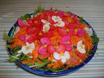 Ensalada de brotes y flores.