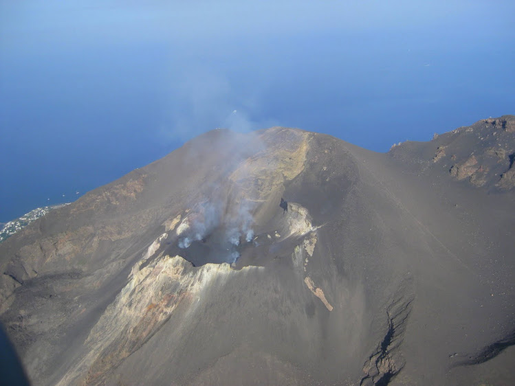 ITALY - A helicopter spin around the active volcano on the island of Stromboli. / @JDumas