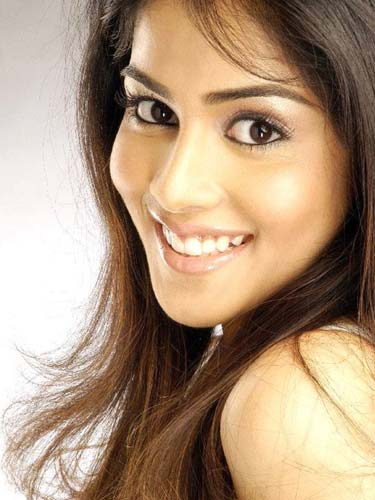 south indian and bollywood mallu actress ( genelia )Genelia D'Souza  hot cleavage sexy image gallery