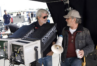 An image of George Lucas and Steven Spielberg during the shooting of Indiana Jones