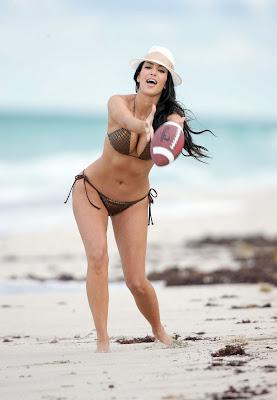 Kim Kardashian – Bikini Photos at the Beach in Miami wallpepar