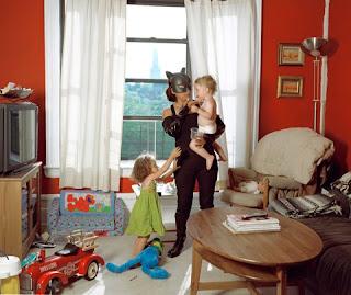 Mulher gato cuidando das crianças