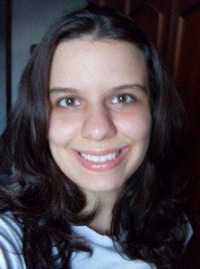 Cinthya sorrindo com o seu gloss da Racco novo que ela ganhou da Fofys