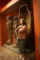 Con los sarcófagos en el museo egipcio de Munich
