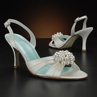 Design wedding shoes with pearl accessories.