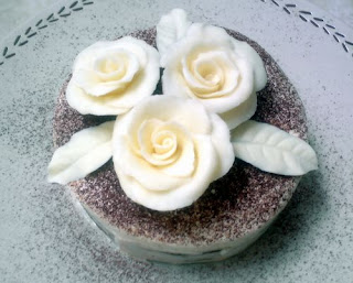 hasil surf di internet, aku dapet cara-cara bikin mawar dari coklat ...
